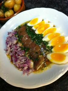 Matjessill, rödlök, ägg och brynt smör