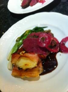 Ryggbiff av kronhjort med potatis- och jordärtskockspuré med bacon