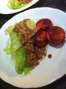 Lättkokt spetskål, stekt falukorv och sesamdressing